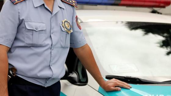 полицейский стоит рядом с автомобилем
