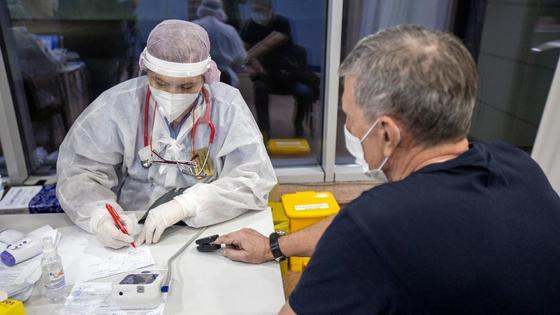 Мужчина ожидает процедуру вакцинации