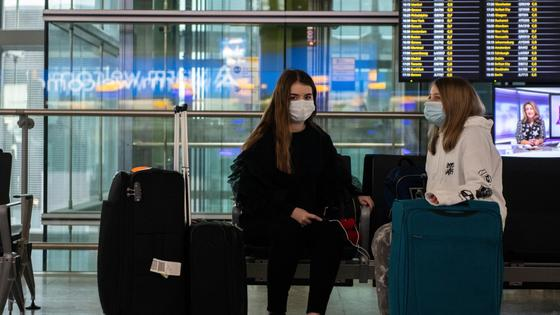 Девушки сидят в аэропорту