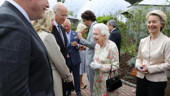Джо Байден беседует с Елизаветой II