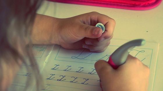 Ребенок пишет прописью