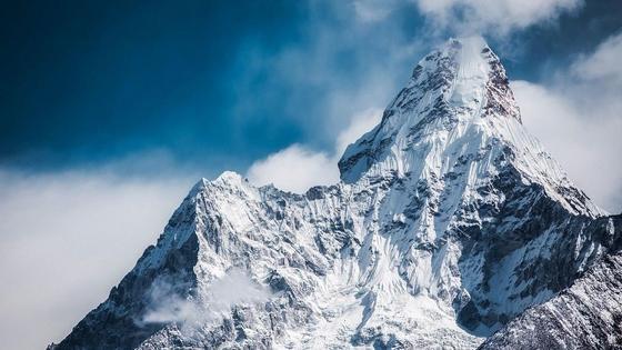 Вершина горы, покрытая снегом