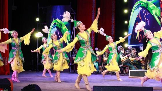 Девушки танцуют в Атырау