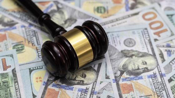 Молоток судьи на долларах