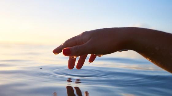 Женщина тонет в реке