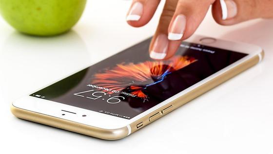 Смартфон и рука