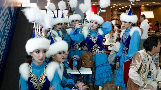 Девушки в казахских национальных костюмах