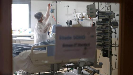 Медсестра стоит рядом с пациентом