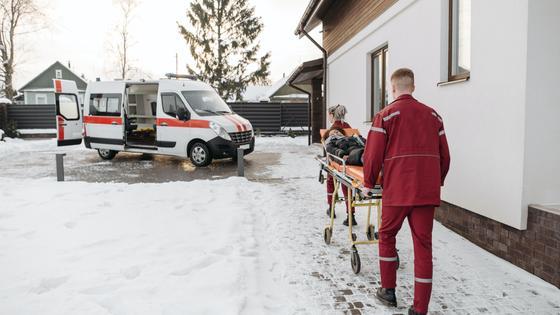 Работники скорой помощи после вызова