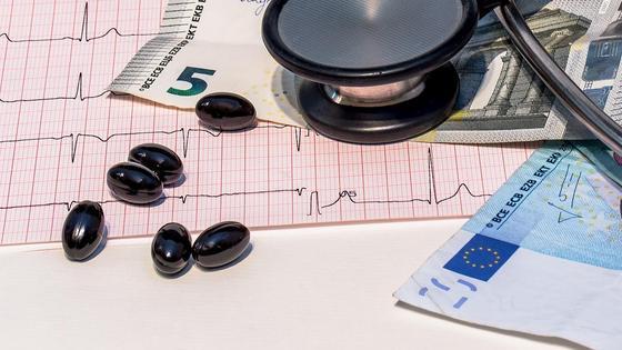 Деньги лежат на столе вместе с таблетками и медицинскими инструментами