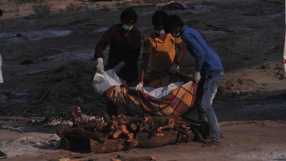 Люди кремируют труп в Индии