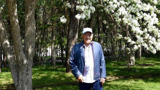 Нурсултан Назарбаев на прогулке