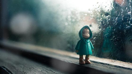Игрушка стоит на окне