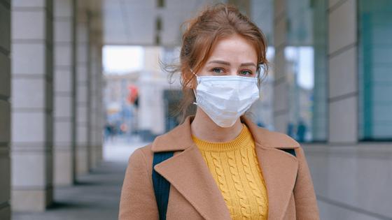 Девушка в пальто и маске