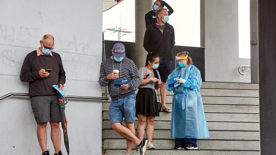Люди в масках стоят на ступеньках