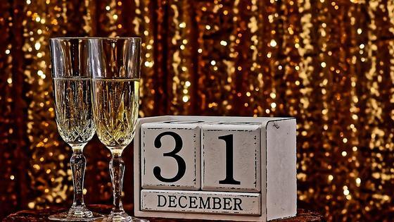 два бокала шампанского и календарь 31 декабря