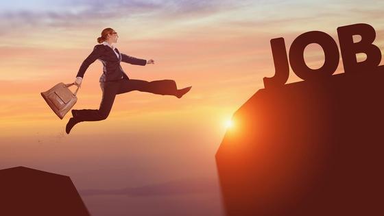 Женщина в деловом костюме прыгает