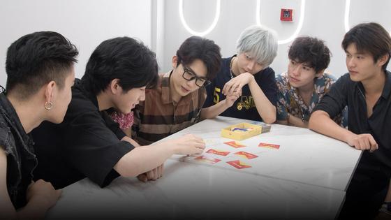Батлеры играют в карты за столом