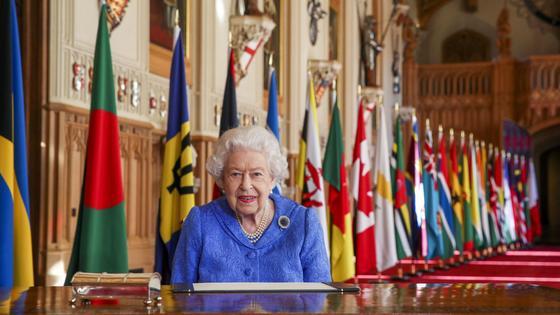 Королева Елизавета II на фоне флагов