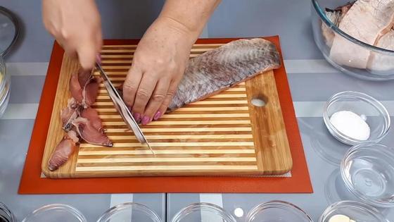 Рыбное филе нарезается поперек