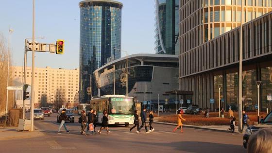 Люди переходят дорогу в Нур-Султане