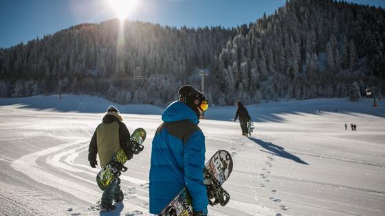 Сноубордисты в горах