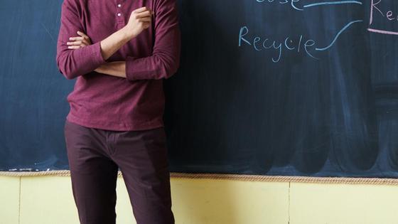 Учитель объясняет у доски