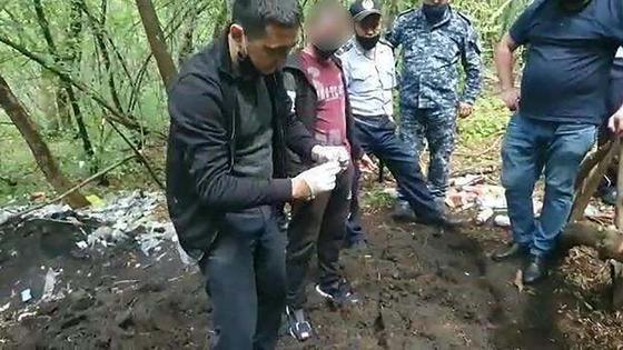 Подозреваемый стоит с группой дознавателей