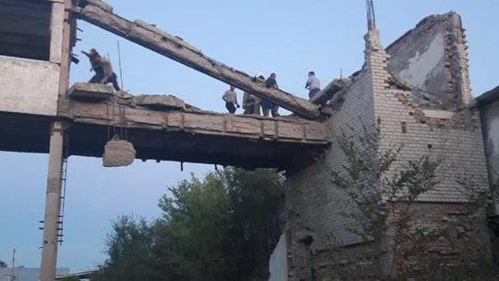 Спасатели работают в заброшенном здании