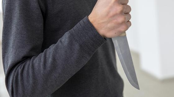 Мужчина угрожает ножом