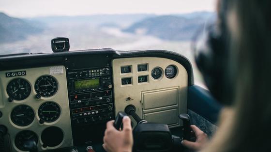 Пилот сидит за штурвалом