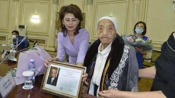 Президент поздравил ветерана-журналиста с вековым юбилеем