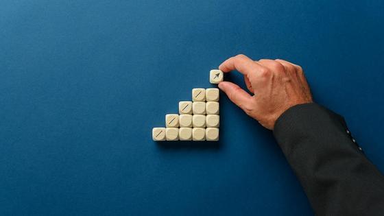 Белые кубики со стрелочкой и рука