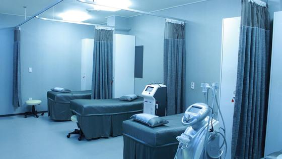 Три койки и медицинское оборудование находятся в палате