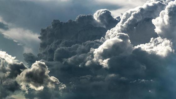 Тучи движутся в небе