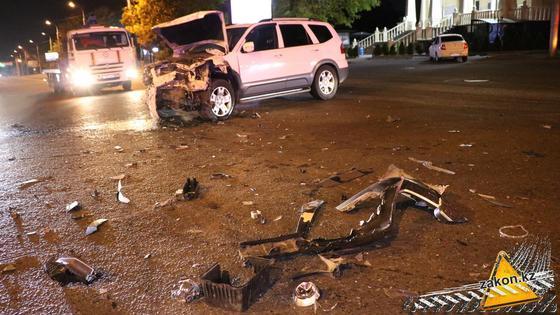 Обломки машин лежат на дороге