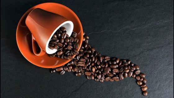 Зерна кофе на темном столе