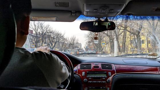 Водитель сидит за рулем