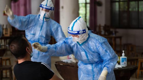 Медики берут материал для теста на КВИ