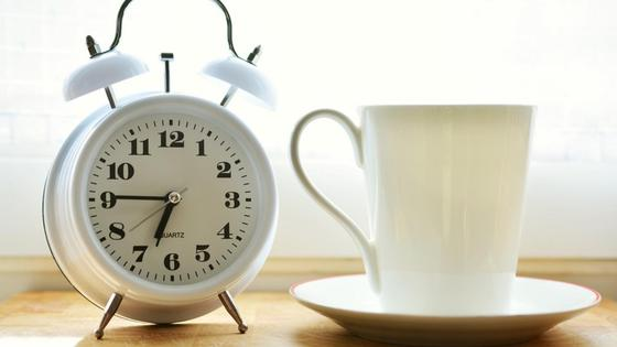 часы и чашка