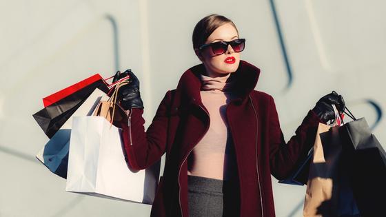 девушка несет пакеты с покупками