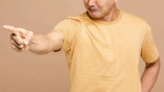Злой мужчина показывает на что-то пальцем