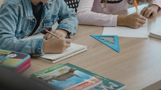 Дети сидят на занятиях в школе