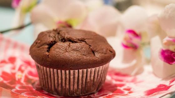 Шоколадный маффин на тарелке