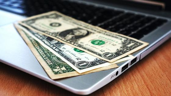 Доллары на лежат ноутбуке