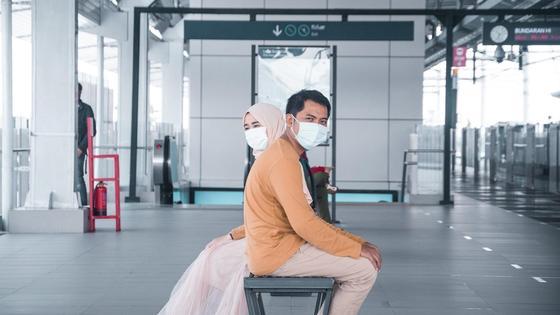 мужчина и женщина сидят в аэропорту