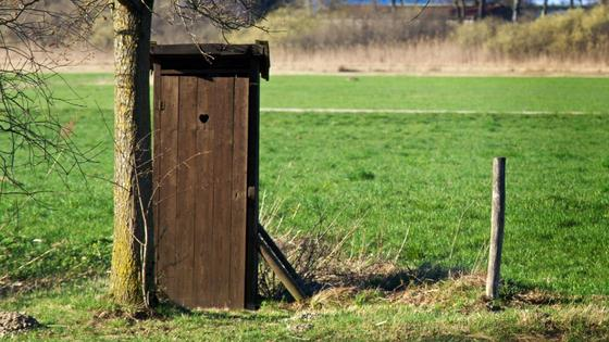 Туалетная кабинка на улице