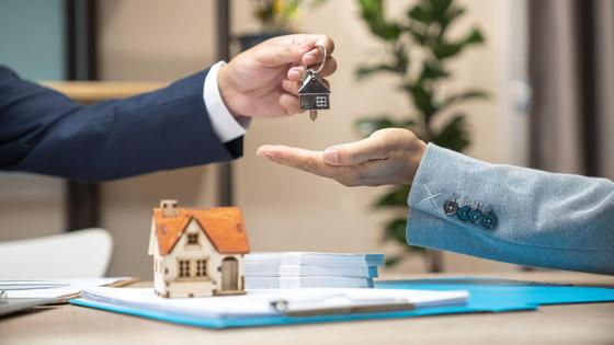 Мужчина передает ключи от дома