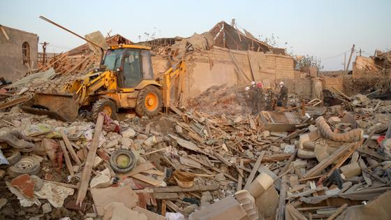 Расчистка завалов после ракетного обстрела в Гяндже