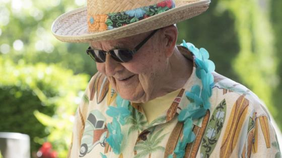 Дедушка в шляпе и очками